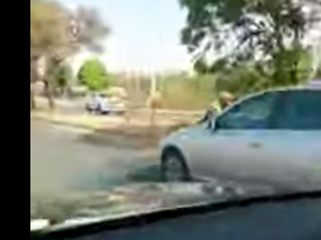 Aksi Polisi Nempel di Kap Mobil Ditiru Polisi Afrika