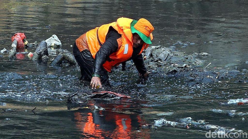 Aksi Pasukan Oranye Nyemplung Sungai untuk Bersihkan Sampah