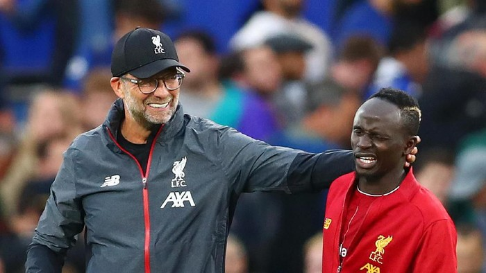 LONDON, ENGLAND - SEPTEMBER 22: Jurgen Klopp embraces Sadio Mane of Liverpool during the Premier League match between Chelsea FC and Liverpool FC at Stamford Bridge on September 22, 2019 in London, United Kingdom. (Photo by Dan Istitene/Getty Images)