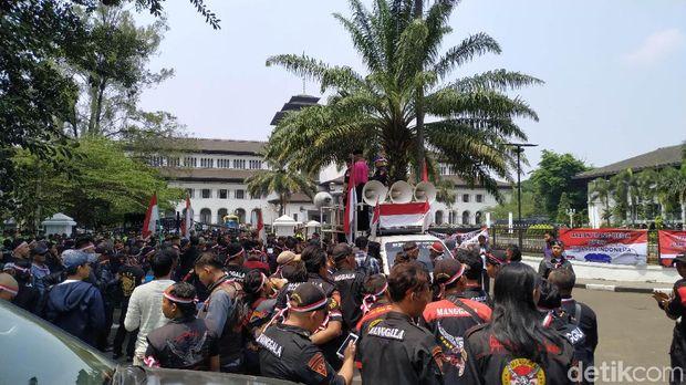 Massa di Bandung Bentangkan Spanduk 'Papua Itu Indonesia'