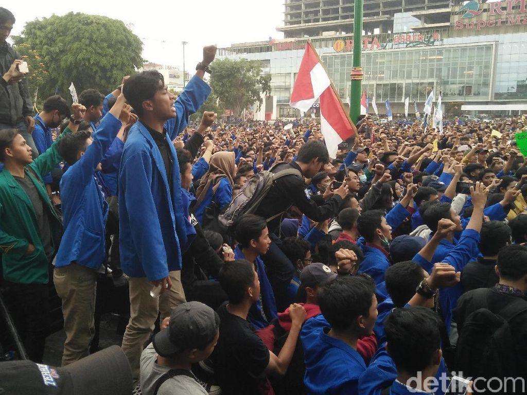 Massa Mahasiswa Turun ke Jalan Geruduk DPRD Banyumas Tolak UU KPK-RKUHP