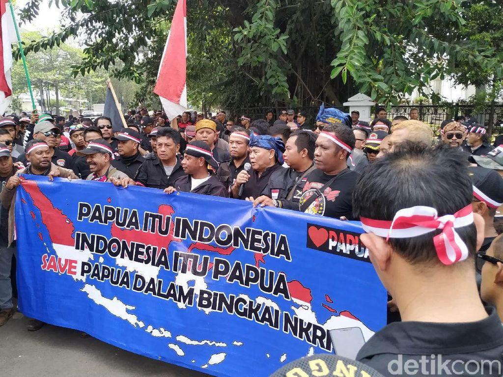 Massa di Bandung Bentangkan Spanduk Papua Itu Indonesia
