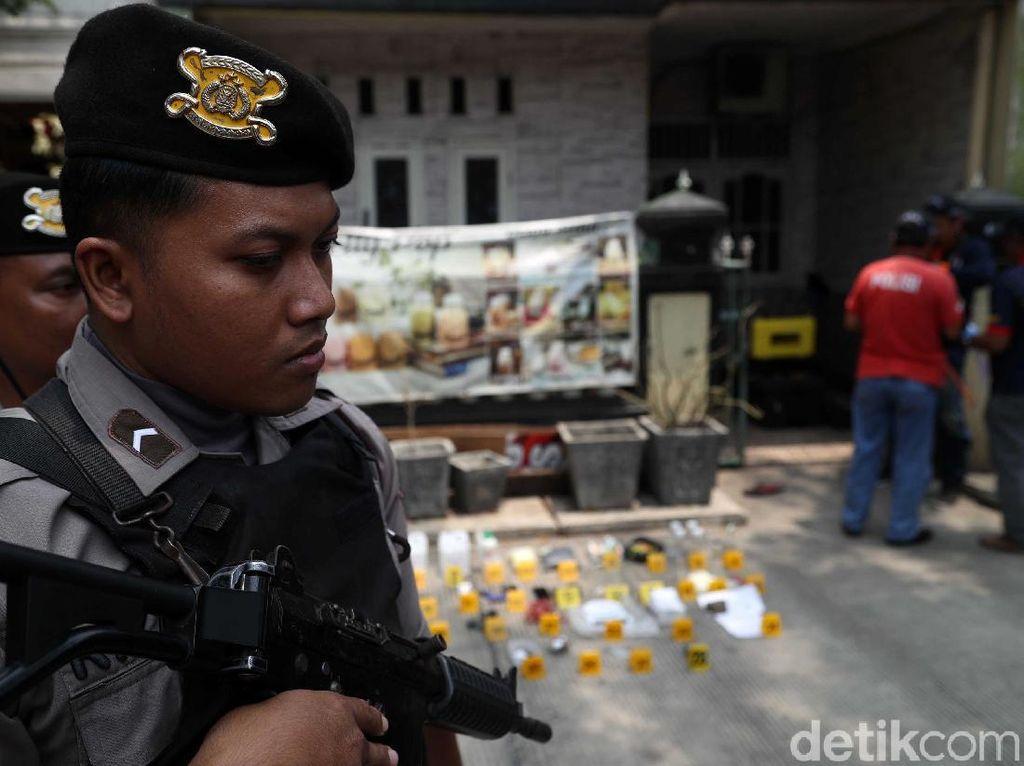 Melihat dari Dekat Densus 88 Geledah Rumah Terduga Teroris di Jakut
