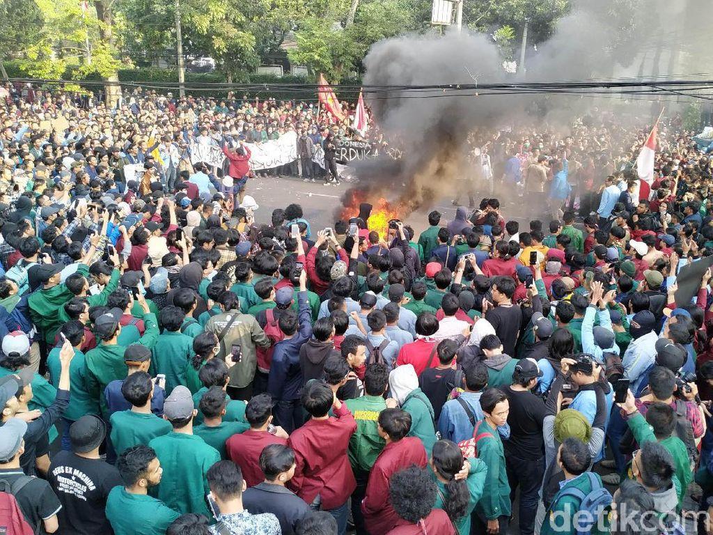 Bakar Ban hingga Lempar Botol Warnai Demo Mahasiswa di Bandung