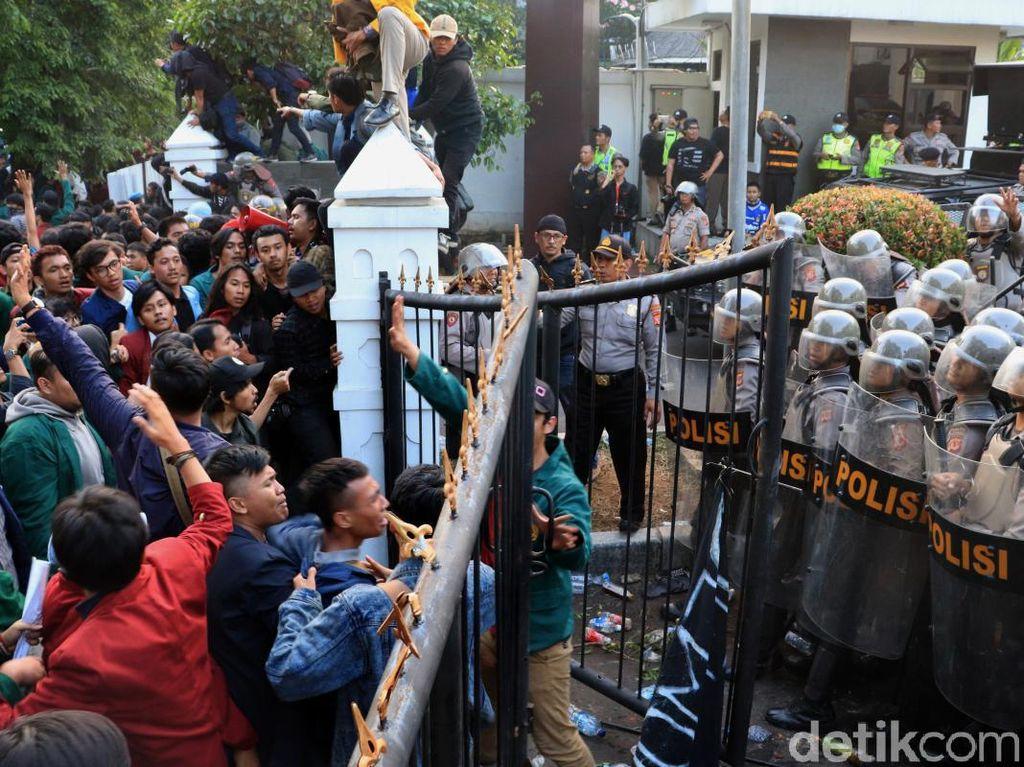 Pagar Jebol Hingga Lemparan Batu Warnai Demo di Bandung