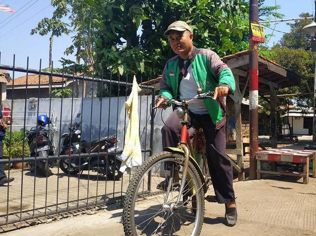 Viral Antar Makanan Pakai Sepeda, Driver Ojol Ini Dapat Motor Baru dari Netizen