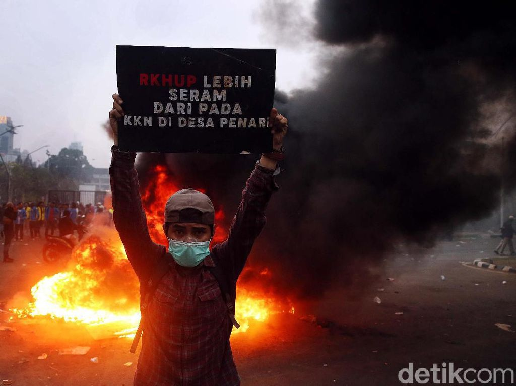 Sisa-sisa Gas Air Mata di Sekitar Lokasi Demo Masih Bikin Mata Perih