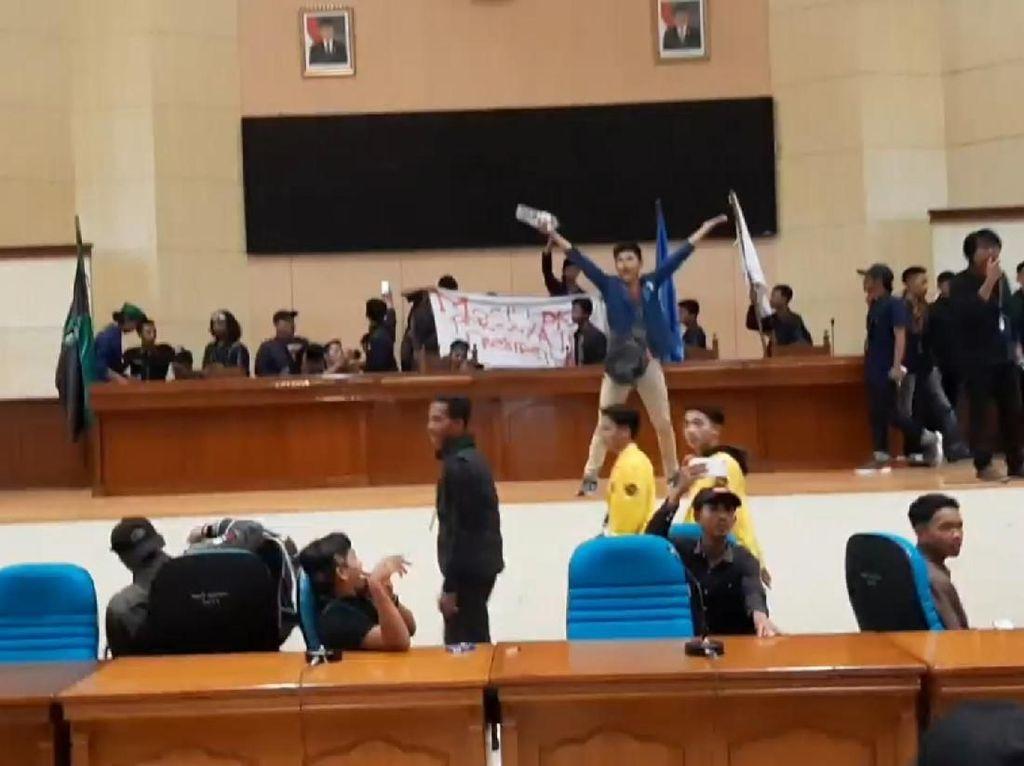 Demonstran Jebol Pintu dan Duduki Gedung DPRD Tasikmalaya