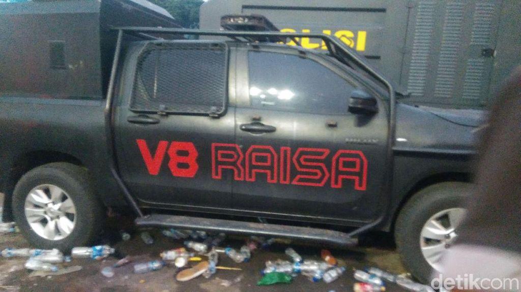 Potret Mobil-mobil Polisi yang Dirusak di Depan Gedung DPR