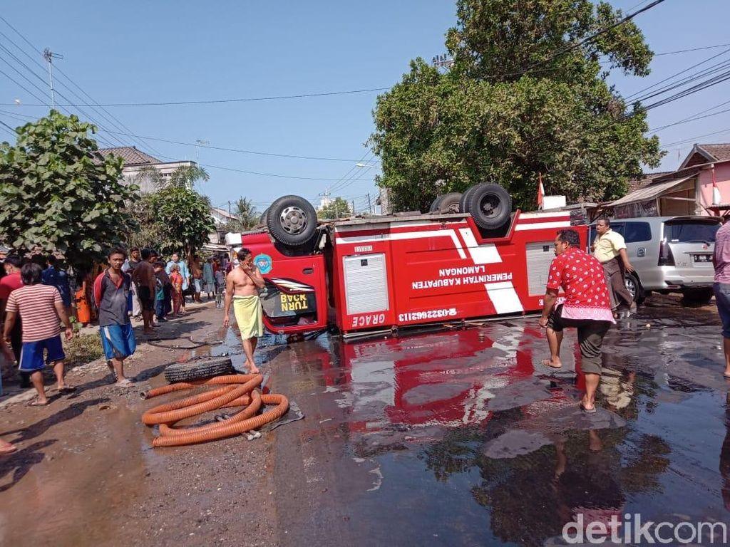 Hindari Motor, Mobil PMK yang Melaju ke Lokasi Kebakaran Terbalik