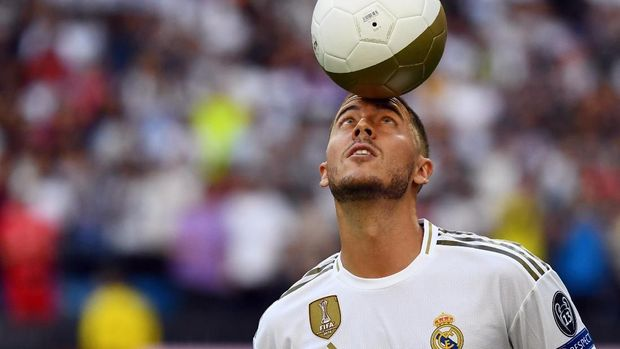 Belgian footballer Eden Hazard plays with a ball during his official presentation as new player of the Real Madrid CF at the Santiago Bernabeu stadium in Madrid on June 13, 2019. (Photo by GABRIEL BOUYS / AFP)