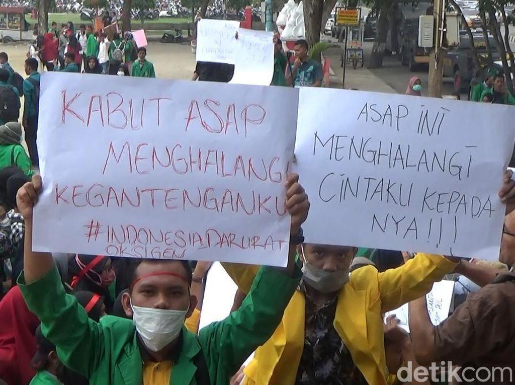 Demo Karhutla Aceh, Massa Bawa Poster: Asap Bikin Tersesat di Rumah Janda