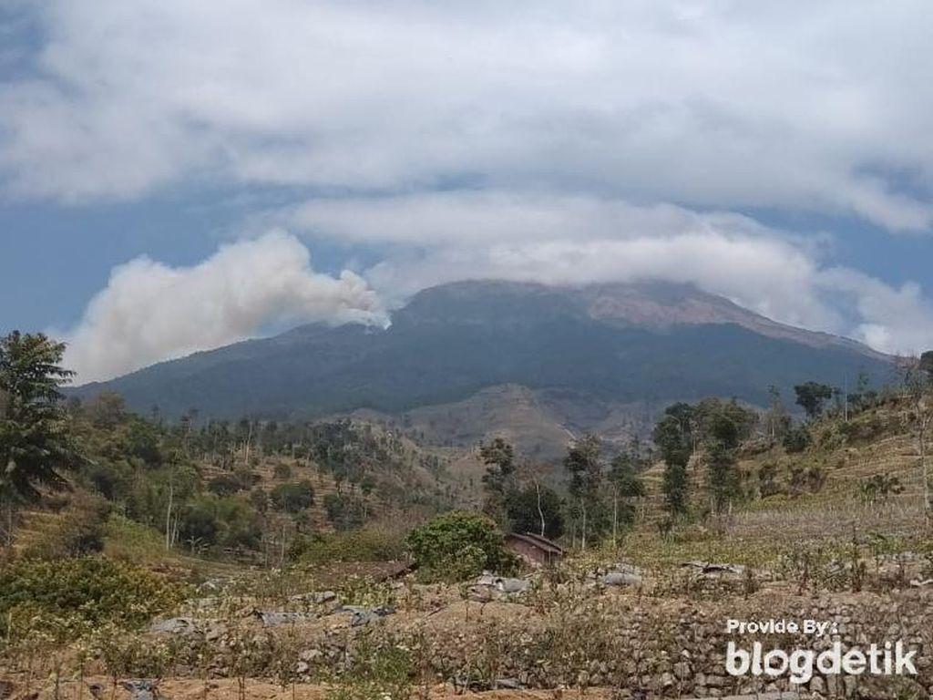 Asap Tebal Kebakaran Tampak Membubung di Lereng Gunung Sumbing