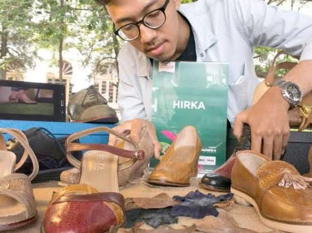 Pria ini Raup Rp 60 Juta Jualan Sepatu Kulit Ceker Ayam