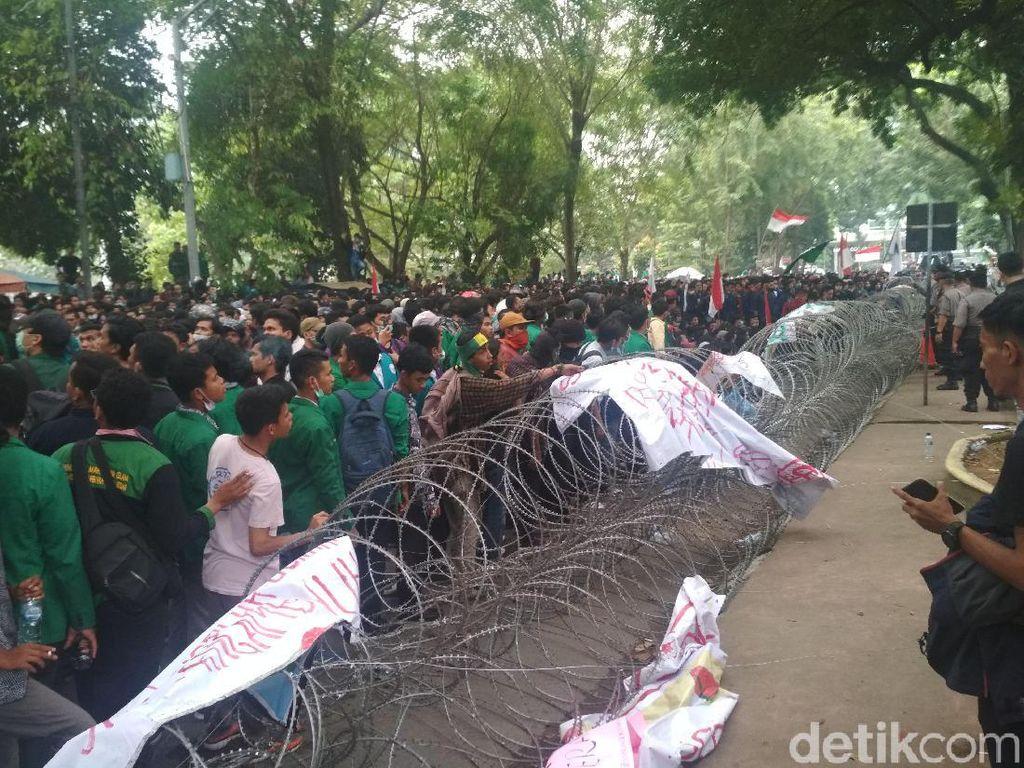 Demo di DPRD Sumut, Mahasiswa Goyang-goyang Kawat Berduri