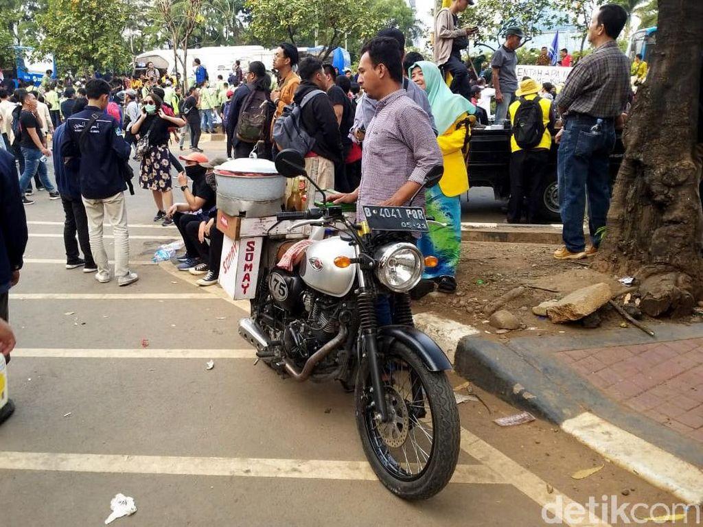 Wow, Tukang Siomay Pakai Motor Gaul di Tengah Demo