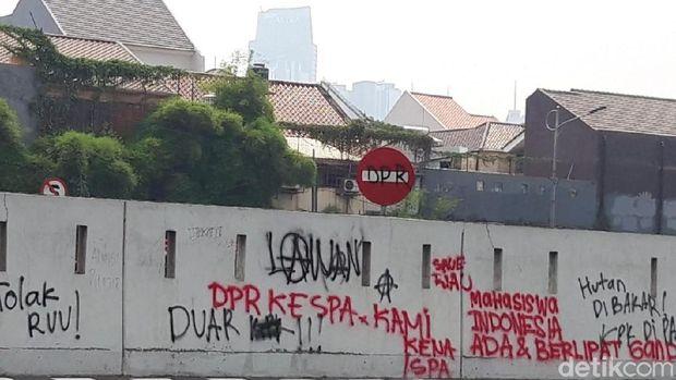 Coretan Nakal di Tembok DPR: 'Jokowi Bohong' sampai 'Kembali Orba'