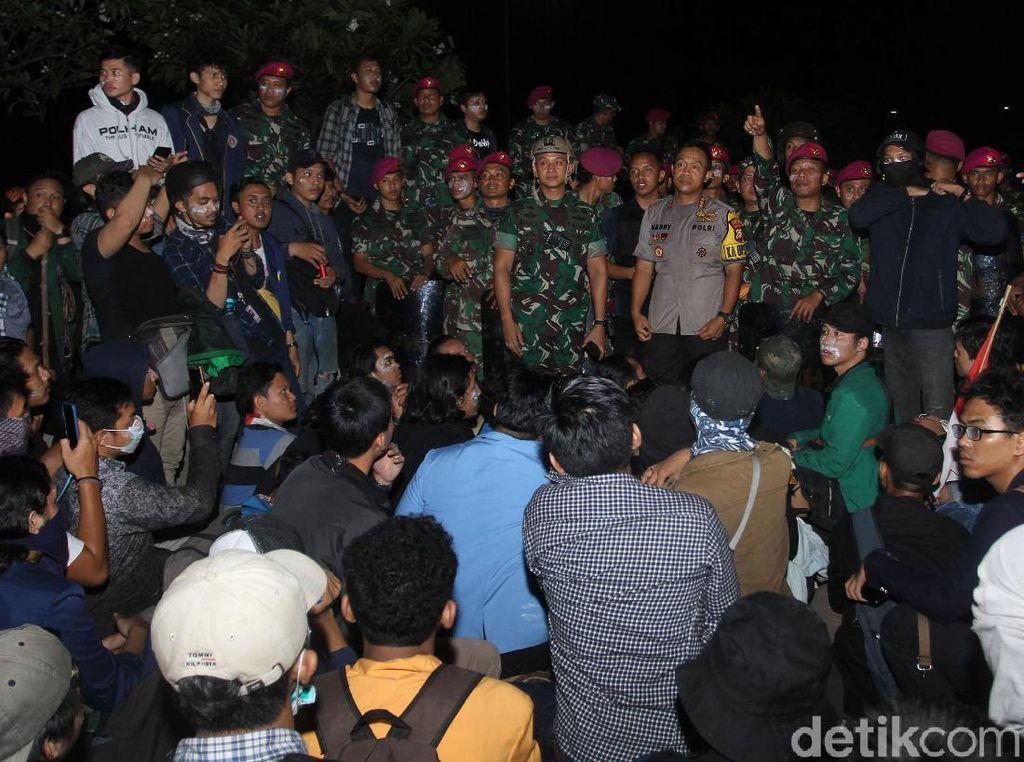 Polisi Dialog dengan Massa Mahasiswa