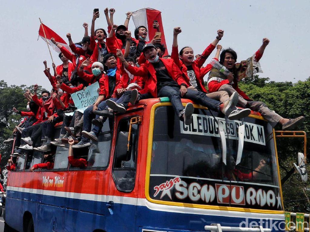 Naik Bus Hingga Truk, Mahasiswa Konvoi ke DPR
