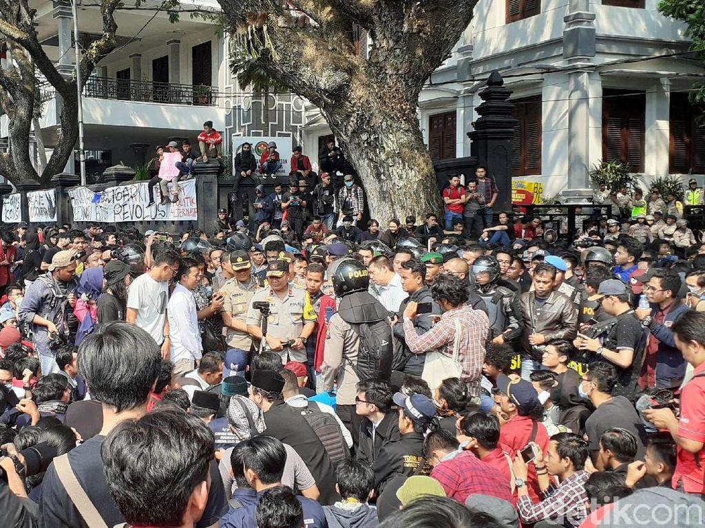 Demo Mahasiswa di DPRD Kota Malang Ricuh, Wakapolda Jatim Turun Tangan