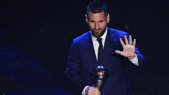 Lionel Messi berhasil meraih gelar Pemain Terbaik FIFA 2019. La Pulga mendapatkan 46 poin dari pemilih mengungguli Virgil van Dijk (38 poin) dan Cristiano Ronaldo (36 poin) (Foto: Marco Bertorello / AFP)