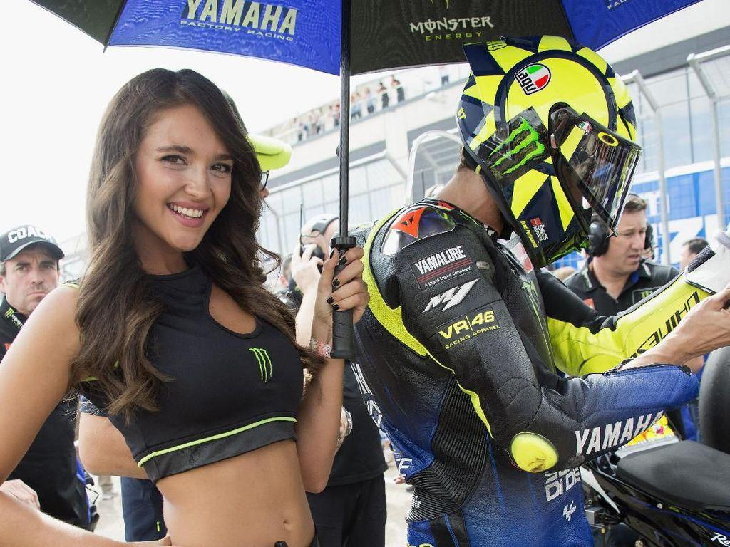 Senyum Manis Umbrella Girl MotoGP Aragon