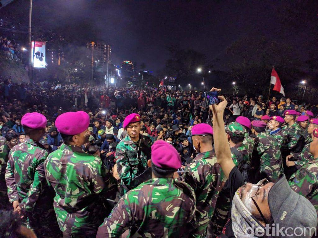 Bertemu Prajurit TNI, Mahasiswa yang Demo DPR Nyanyi Garuda Pancasila