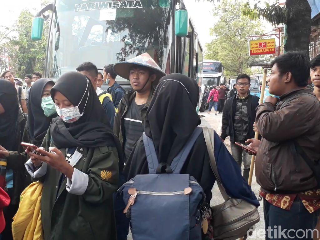 Sempat Tertahan di Brebes, 250 Mahasiswa Semarang Lanjut Perjalanan ke DPR RI
