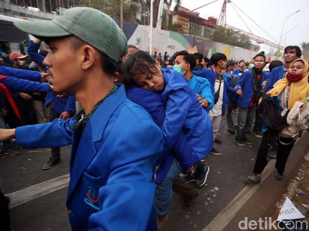 Penampakan Mahasiswa Tumbang Akibat Kelelahan Demo di DPR