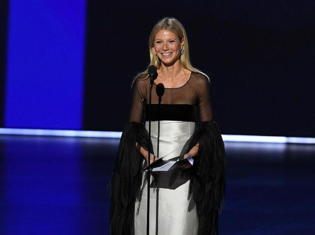Gaya Jalan Gwyneth Paltrow di Panggung Emmy Jadi Sorotan Netizen