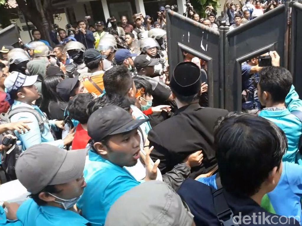 Massa Aksi #BengawanMelawan Geruduk DPRD Surakarta