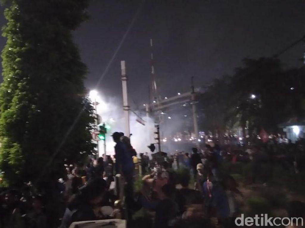 Ricuh Polisi-Mahasiswa, KRL Sempat Tertahan di Stasiun Palmerah