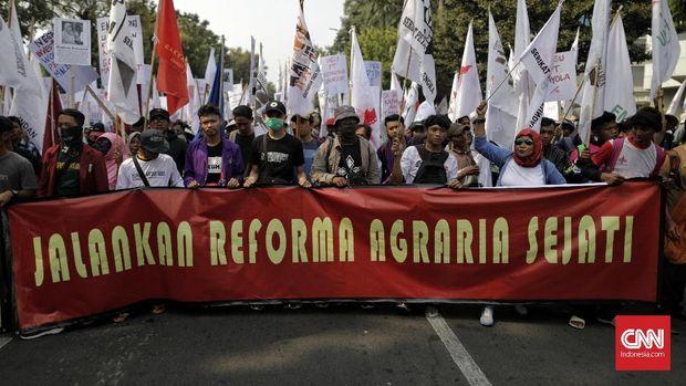 Demo petani terkait reforma agraria dan RUU Pertanahan di seberang istana, kemarin.