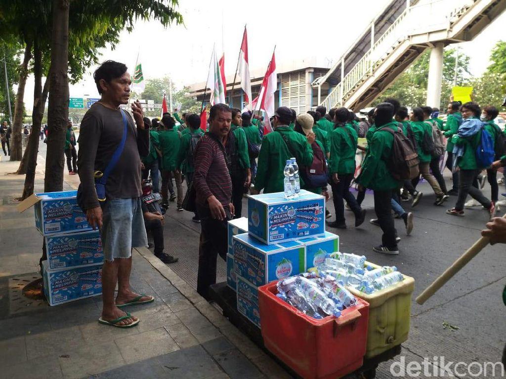 Ramai Demo Mahasiswa, Tukang Ojek Banting Setir Jualan Air Mineral