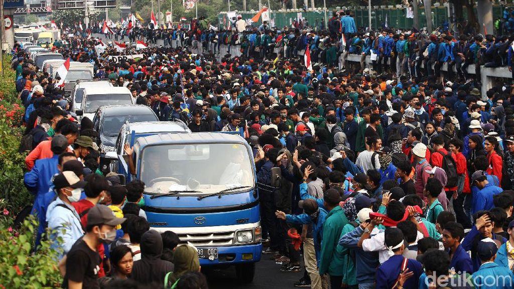 Mahasiswa Blokir Tol Dalam Kota