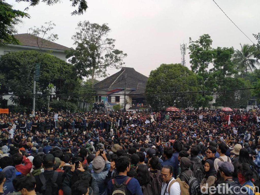 Polisi Sebut Ada Massa di Luar Mahasiswa-Pelajar Buat Ricuh Demo di Bandung