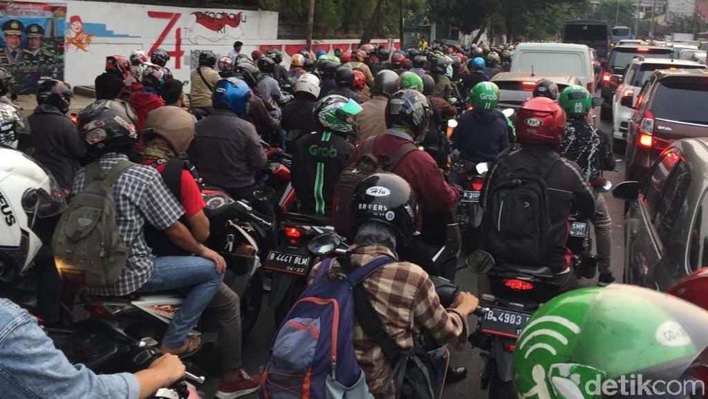 Imbas Demo di DPR, Jalan Pejompongan Macet Parah