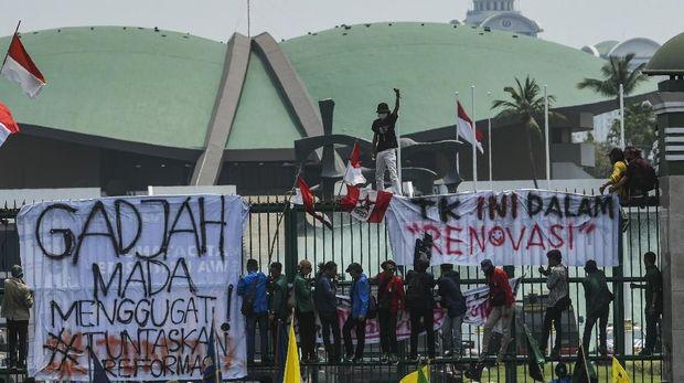 Sejumlah mahasiswa dari berbagai perguruan tinggi di Indonesia berunjuk rasa di depan gedung DPR, Jakarta, Selasa (24/9).