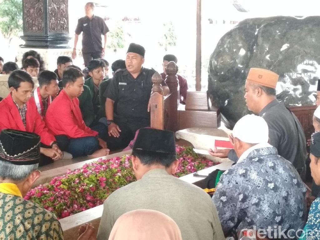 Tak Jadi Demo, Mahasiswa Blitar Pilih Ziarah ke Makam Bung Karno