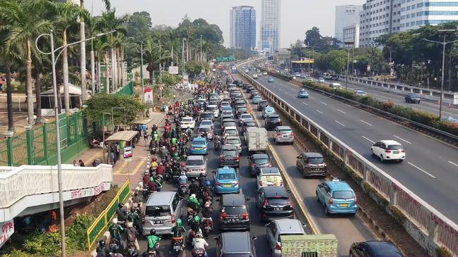 Ada Demo di Depan DPR, Lalin Jalan Gatot Subroto ke Slipi Macet