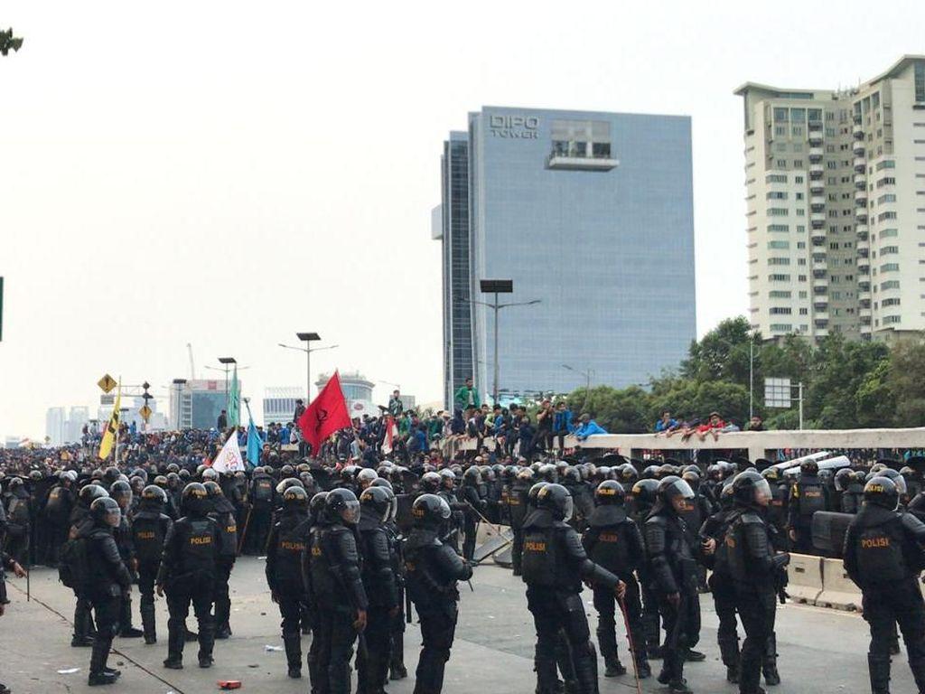 Jaga Simpang Slipi, Brimob Halau Mahasiswa yang Hendak Kembali ke Depan DPR