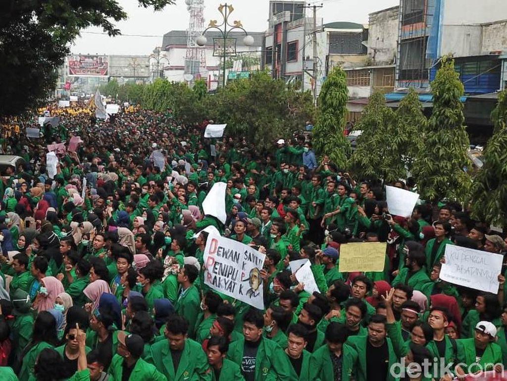 Demo Tolak RUU Kontroversi, Mahasiswa Kepung DPRK Lhokseumawe
