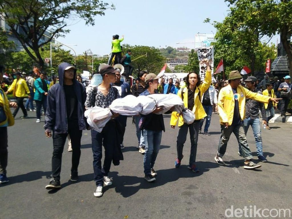 Mahasiswa Bawa Pocong dan Keranda Demo di DPRD Jateng