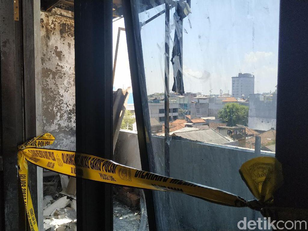 Lantai 4 Gedung Asuransi di Surabaya Terbakar, Api Diduga dari Puntung Rokok