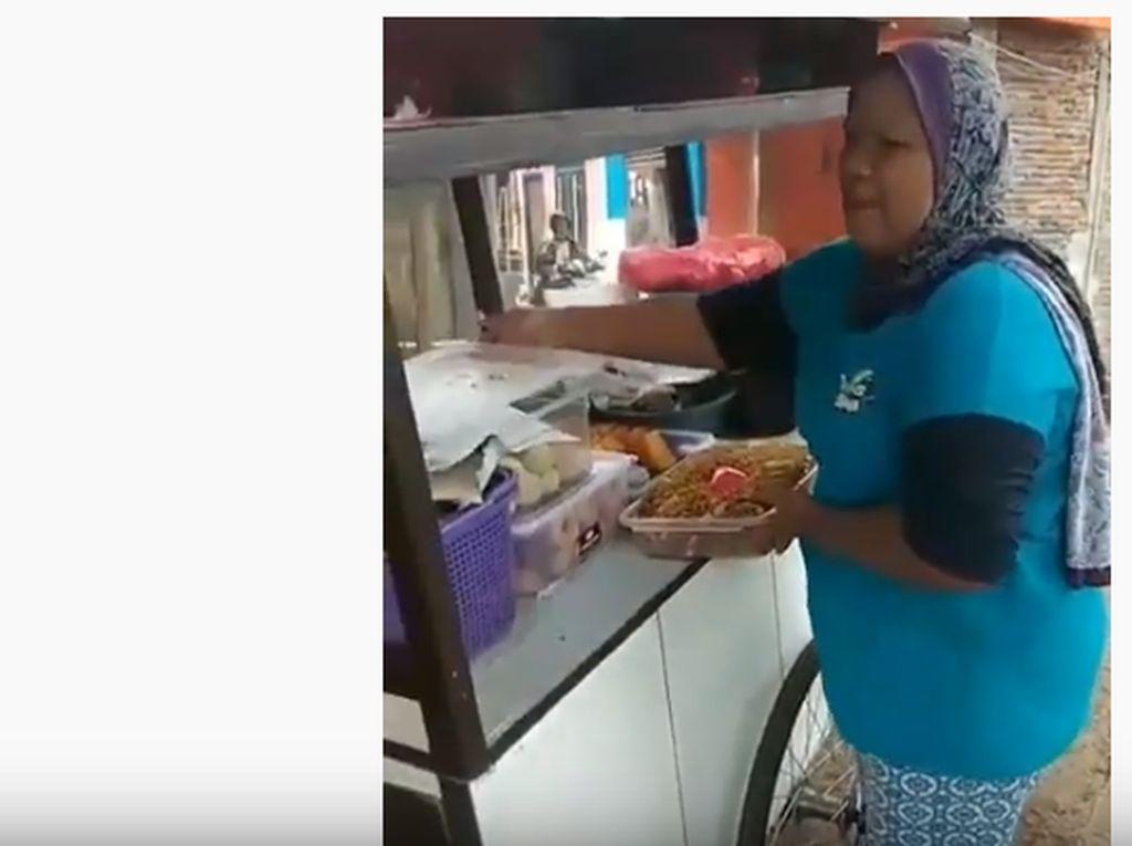 Dengan Aksi Kocak, 5 Penjual Makanan Ini Tarik Perhatian Pembeli