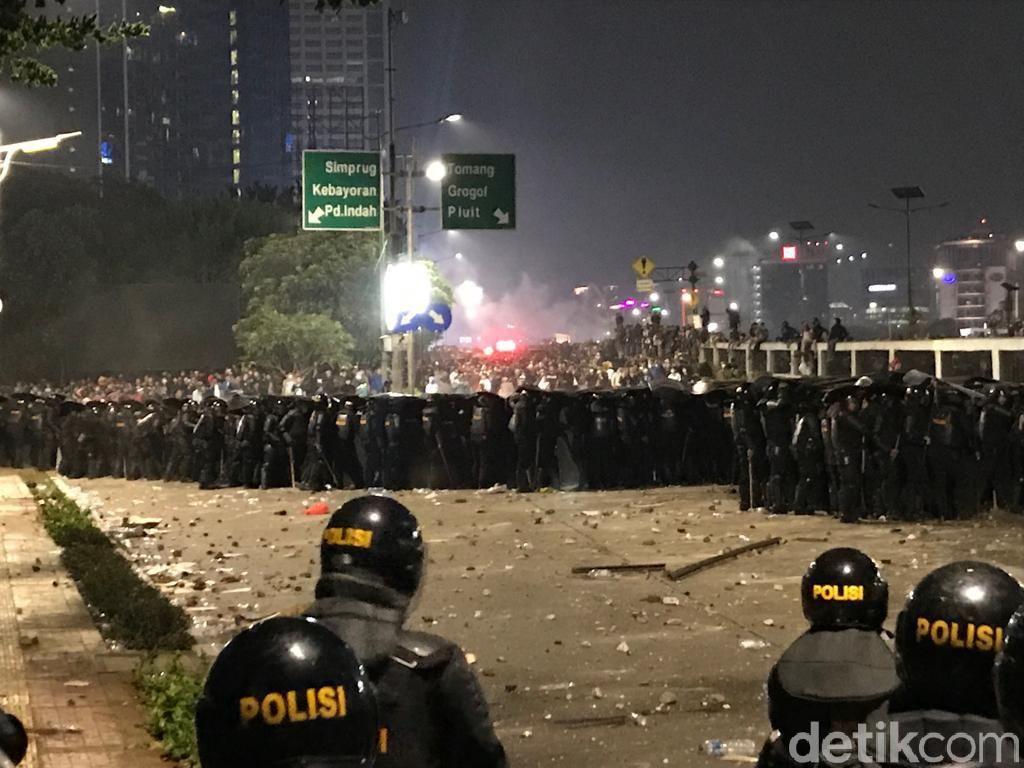 Mahasiswa-Polisi Masih Bentrok, Ricuh Bergeser ke Flyover Slipi