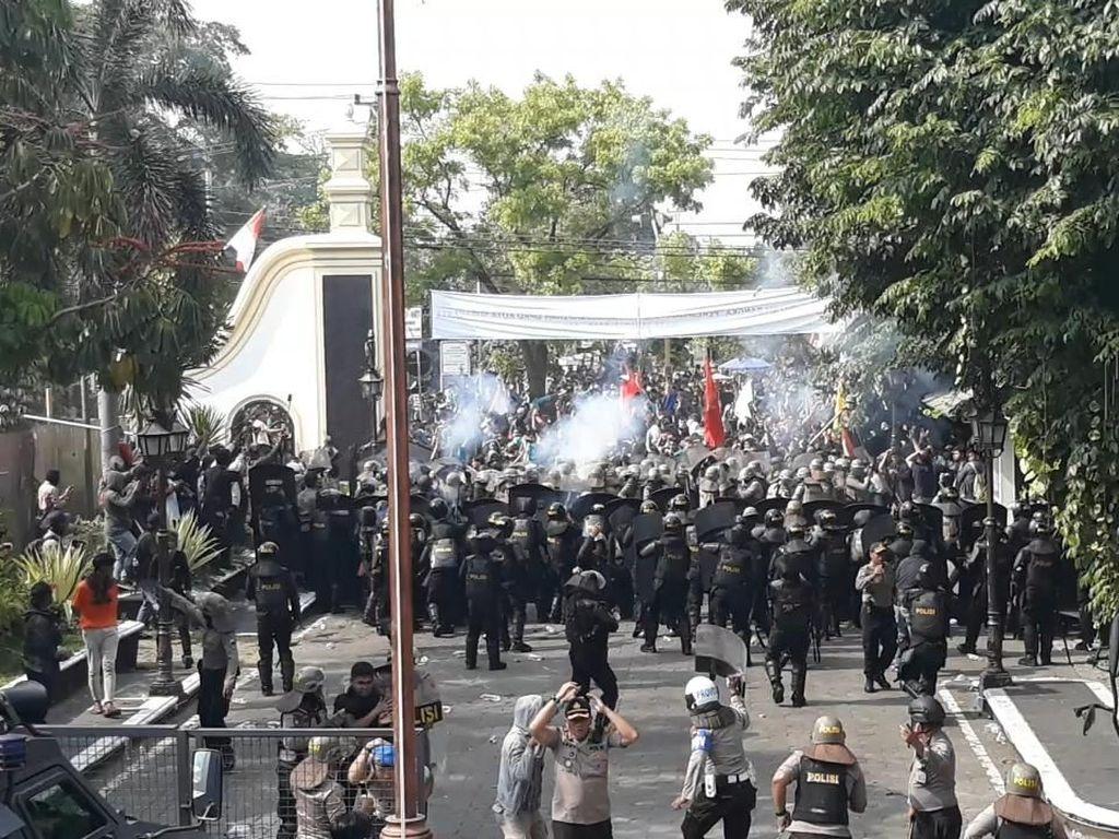 Aksi #BengawanMelawan Ricuh, Polisi Tembakkan Gas Air Mata