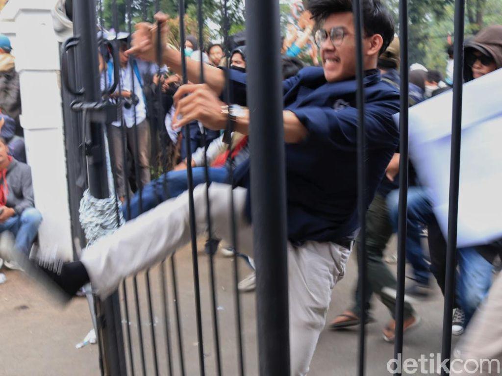 Bentrok Demonstran dan Polisi di Bandung Memanas