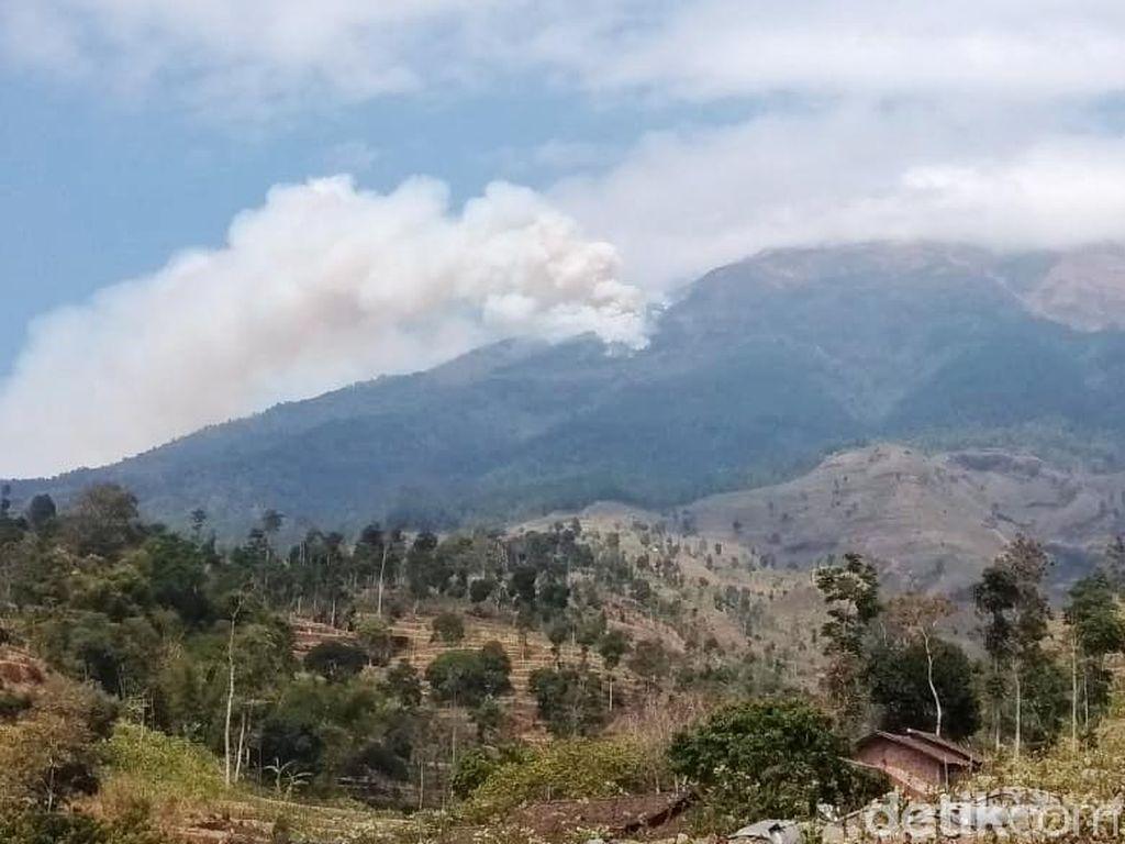 Penampakan Kepulan Asap Kebakaran di Gunung Sumbing