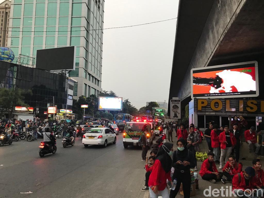 Flyover Slipi Arah Cawang Diblokade Mahasiswa, Lalu Lintas Semrawut